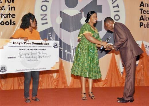 Gregory Joseph Ukpong receiving the Teachers' Award for English Language