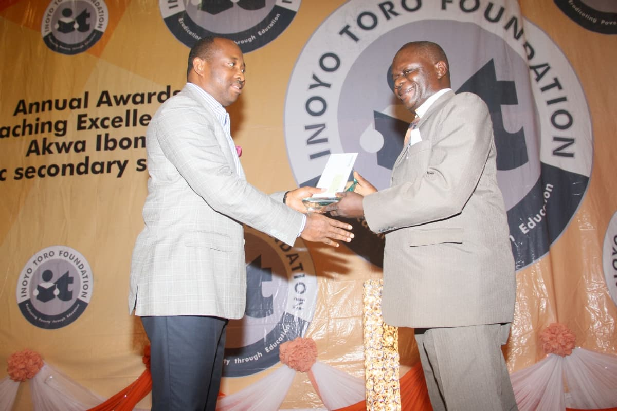 Sponsors of the Mathematics category AFREN represented by Aniekan Willie presenting the award to the 3rd prize winner Mathematics