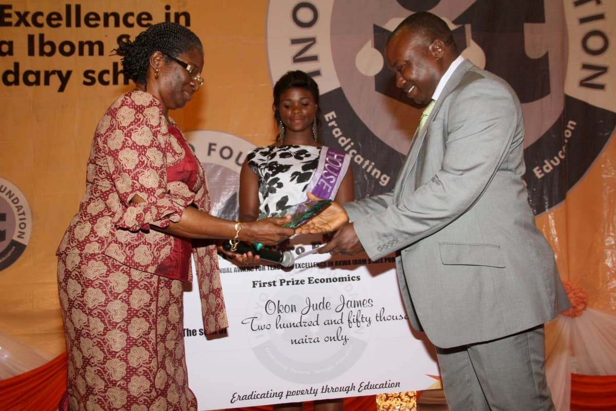 Vice Chancellor, University of Uyo, Professor Mrs Comfort Ekpo presenting the award to the 1st prize winner Economics, Okon Jude James
