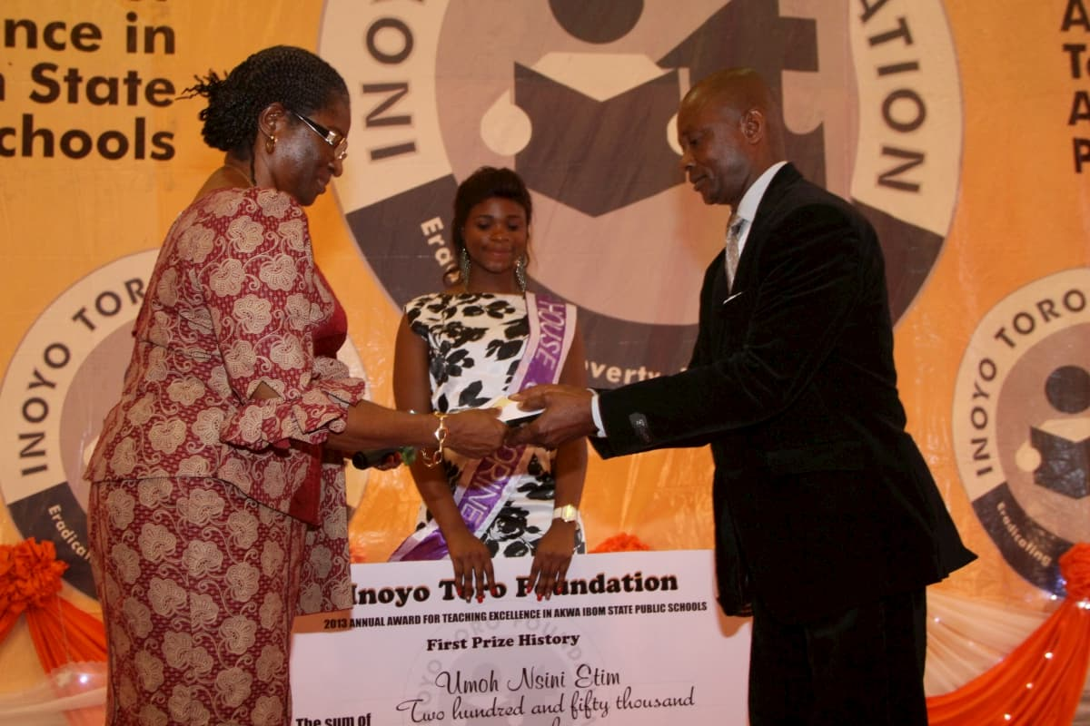 Vice Chancellor, University of Uyo, Professor Mrs Comfort Ekpo presenting the award to the 1st prize winner History, Umoh Nsini Etim