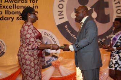 Vice Chancellor, University of Uyo, Professor Mrs Comfort Ekpo presenting the award to the 2nd prize winner Econimics, Umo Kubiat