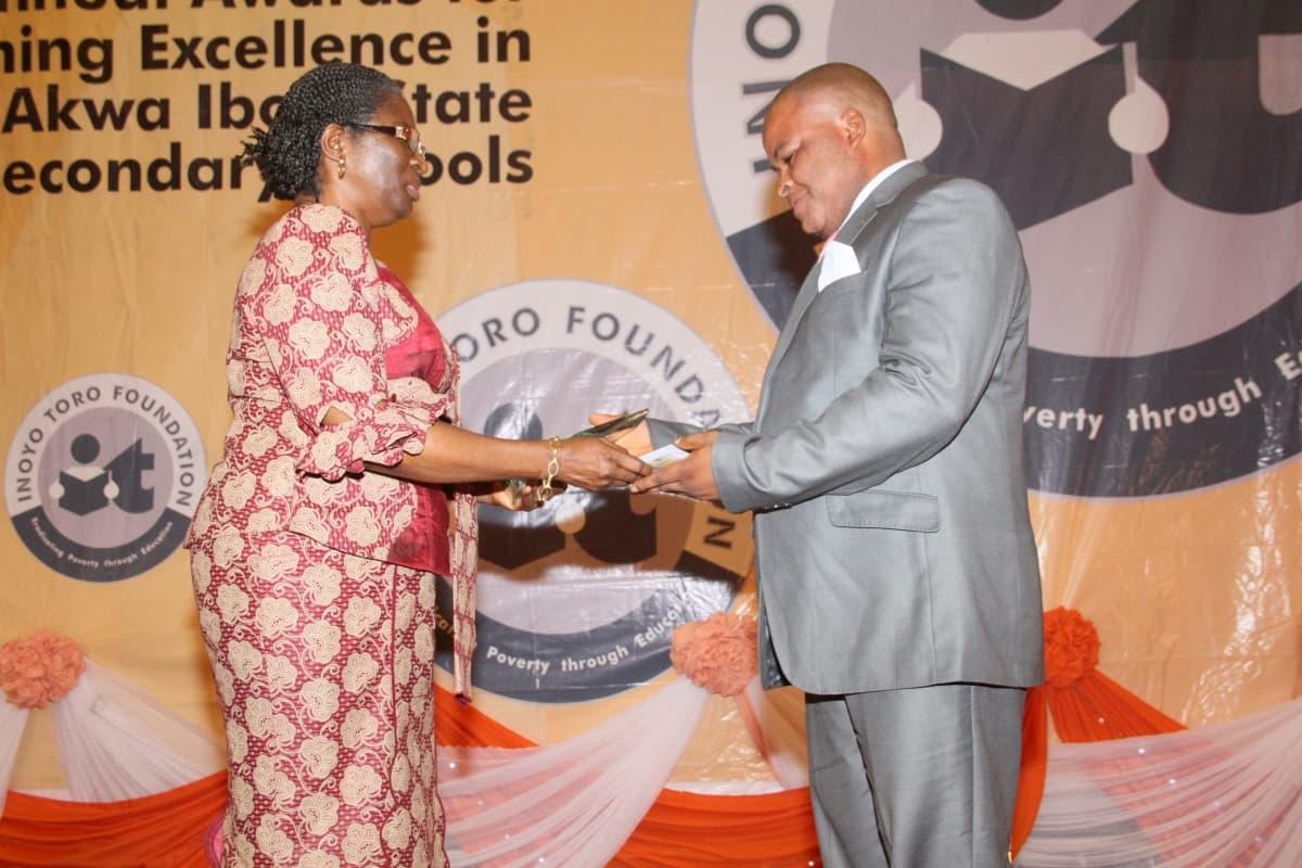 Vice Chancellor, University of Uyo, Professor Mrs Comfort Ekpo presenting the award to the 3rd prize winner Economics, Udoma U.