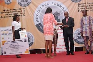 Mrs Iyabo Akai (L) presenting the award to the 2nd prize winner Fine Arts, Joseph William Udoka