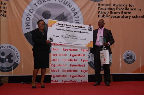 Mrs Rita Umoren of ExxonMobil (sponsors of the Grand Mentor Awards) presenting the award to the Grand Mentor Award winner Mathematics, Mr Nsikak Iyire