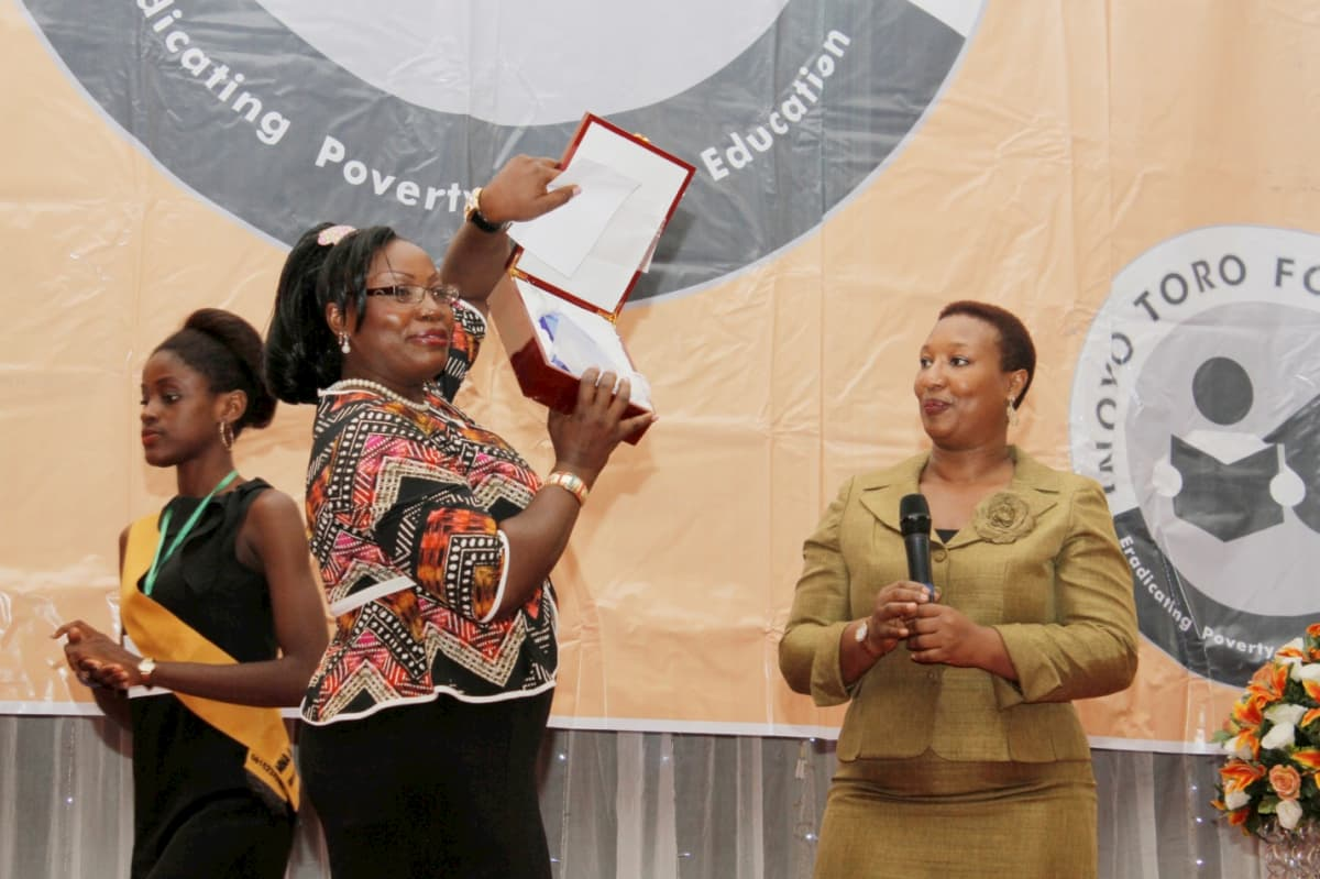 3rd Prize in Biology - Mfon Sunny Udom Receiving Her Prize from Patricia Akinlotan Of Seven Energy