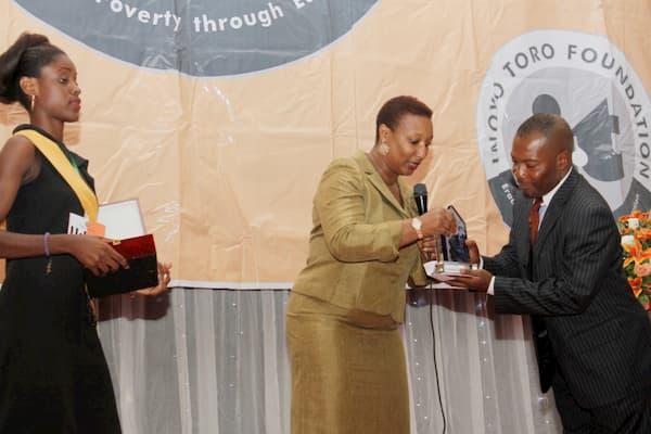Patricia Akinlotan Of Seven Energy Presenting an Award