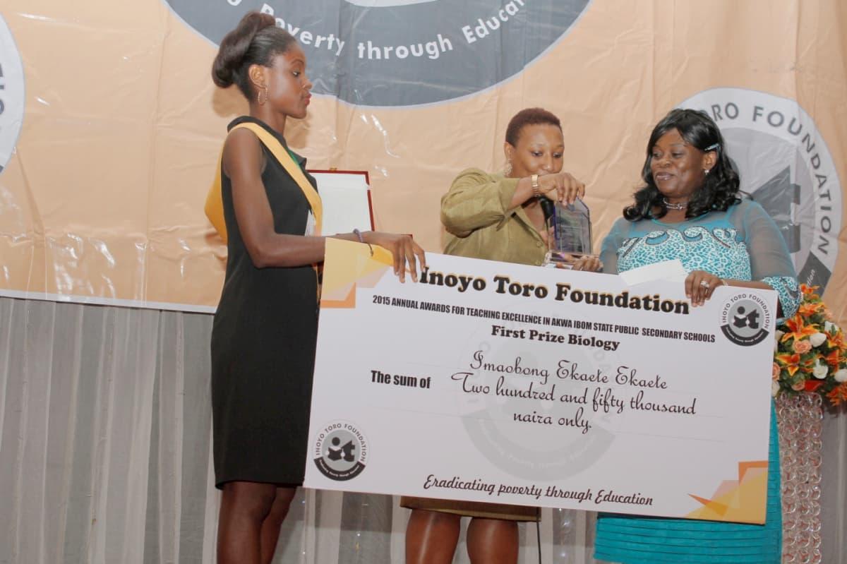 Patricia Akinlotan Of Seven Energy Presenting an Award TO WINNER OF 1ST PRIZE IN BIOLOGY - IMAOBONG EKAETTE EKAETTE