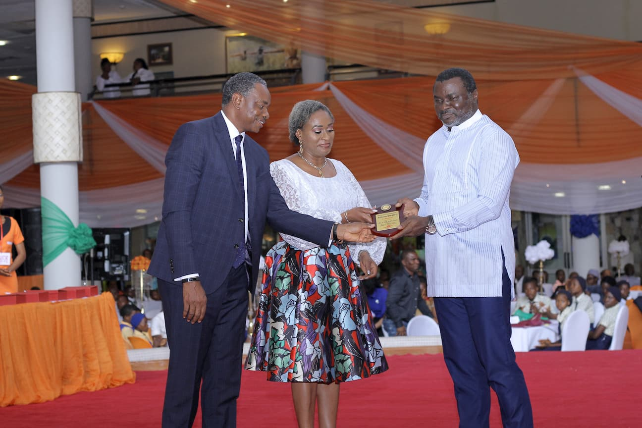 BARR. EDO UKPONG PRESENTING AN AWARD TO THE FOUNDERS OF THE FOUNDATION