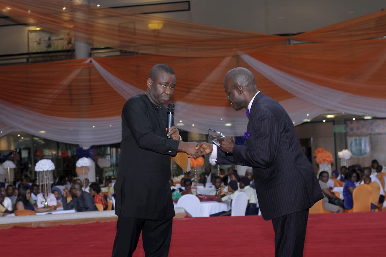 DR GEORGE AKPAN PRESENTING AN AWARD ON BEHALF OF THE SUBJECT SPONSORS DELTA AFRIK TO THE 2ND PLACE WINNER MICHAEL SUNDAY EKANEM
