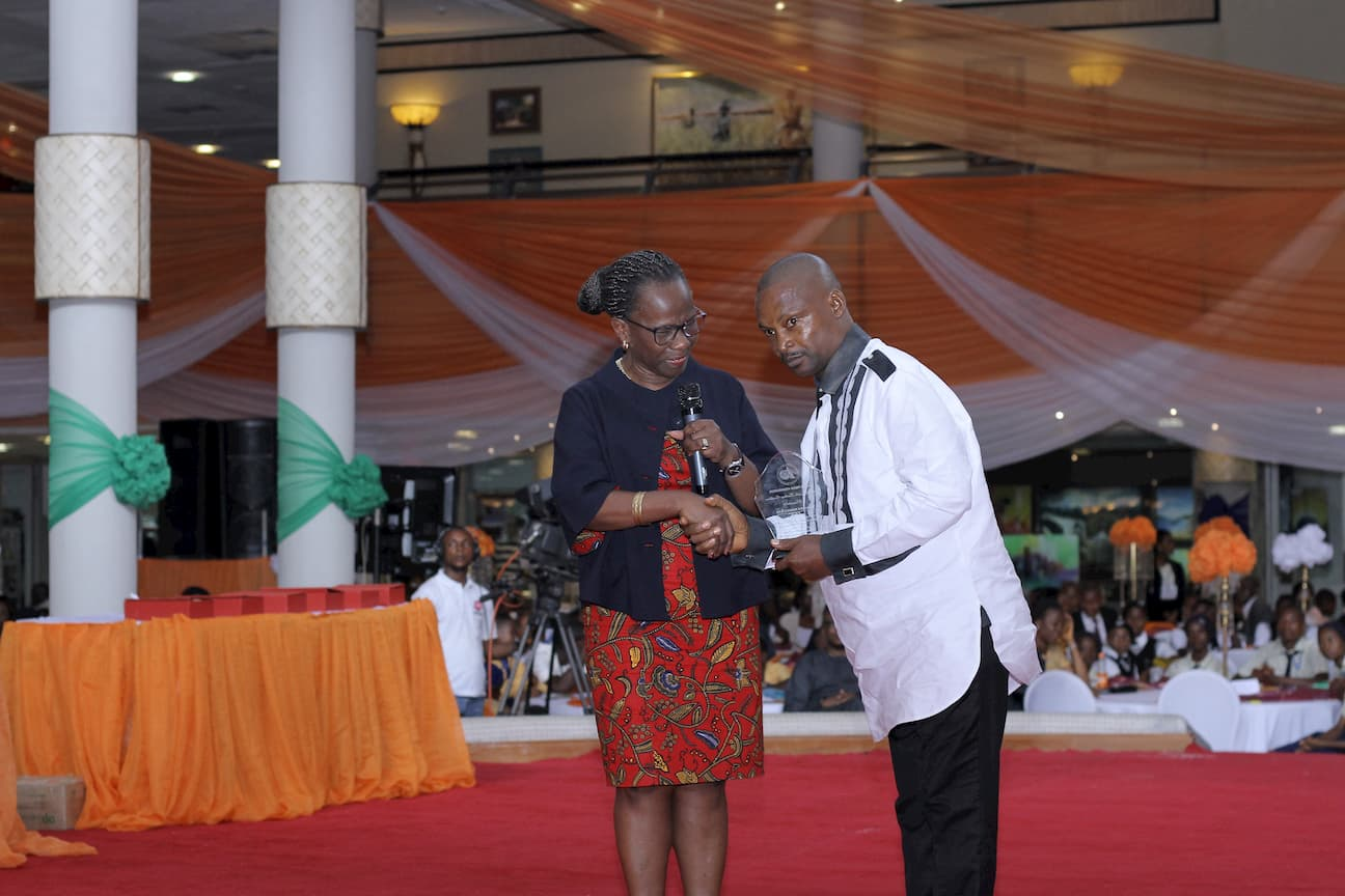 DR MYMA BELO-OSAGIE PRESENTING AN AWARD FOR THE 1ST PRICE ECONOMICS TO BASSEY PATRICK EYO
