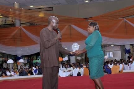 MR EMEKA IZEZE PRESENTING AN AWARD ON BEHALF OF BODA SERVICES (THE SPONSORS) TO THE 3RD PLACE WINNER ENGLISH LANGUAGE FAVOUR LEO NORBERT