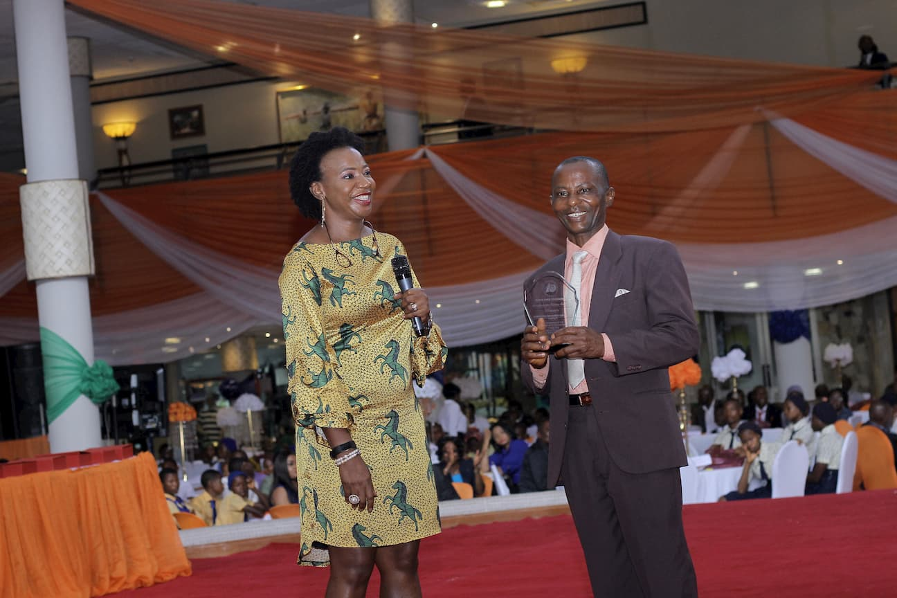 MRS LEBARI UKPONG PRESENTING AN AWARD SPONSORED BY THE FOUNDATION TO THE 2ND PLACE WINNER VIRTUAL ARTS