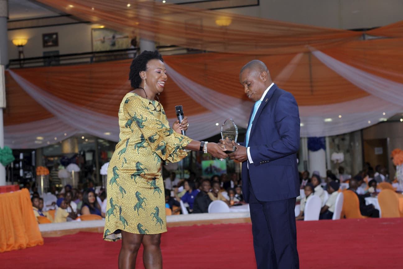MRS LEBARI UKPONG PRESENTING AN AWARD SPONSORED BY THE FOUNDATION TO THE 3RD PLACE WINNER VIRTUAL ARTS