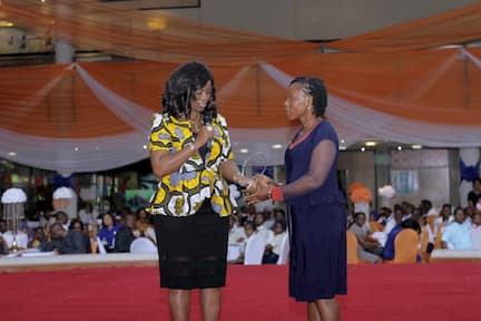 MRS UTO UKPANAH PRESENTING AN AWARD SPONSORED BY THE FOUNDATION TO THE 3RD PLACE WINNER FOR MATHEMATICS INIOBONG JACOB ETIM